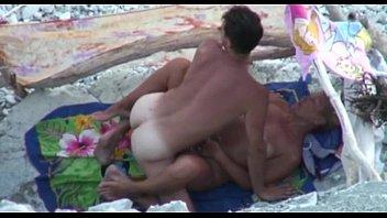 Sex Mit Einem Jungen Kerl Ficken Eine Alte Frau Auf Einer Einsamen Insel.