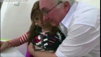 El Niño / Niña De Lo Que Es Follar Con El Abuelo, Él Da Su Coño