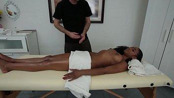 Skinny Black Girl Mit Großen Titten Und Pussy Close Up Drangen Auf Die Massage