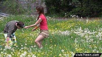 Im Park, Auf Der Wiese Ein Paar Der Junge Sex-Täter Sex