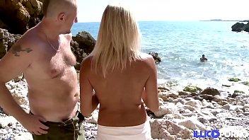 Zwei Taucher Fickten Eine Blondine Am Strand