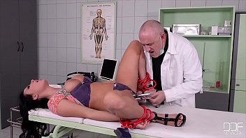 Ein Am Bett Gefesselter Patient Und Eine Sexy Freundin Haben Sex Mit Dem Hurenarzt