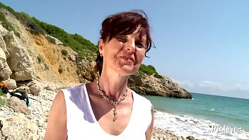 Escoba Sola En La Playa Follada Por Joven Cachondo