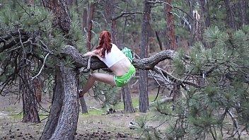 Hace Yoga En El Bosque Y Se Mete Los Dedos En El Coño