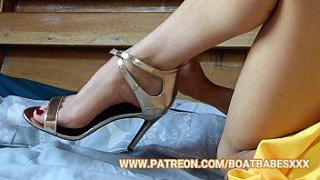 Nackte Blondine Vor Der Webcam Reibt Schwanz Zwischen Den Beinen