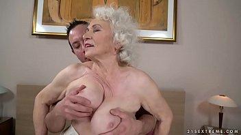 Die Sehr Aufgeregte Großmutter Wird Von Ihrem Neffen Gut Gefickt