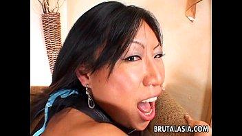 Das Bezaubernde Asiatische Baby Bekommt Ihre Muschi Hart Entbeint
