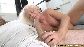 Mujer Madura Disfrutando De Una Gran Polla Joven