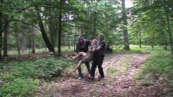Porno Zwei Männer Vergewaltigen Eine Blondine Verworren Draußen In Den Wäldern