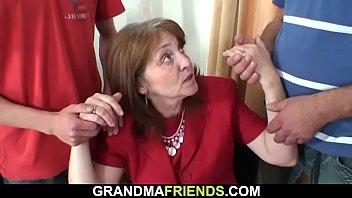 Tetona Vieja Abuela Lleva Desde Ambos Lados